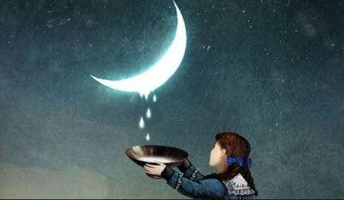 Bambina che raccoglie gocce dalla luna