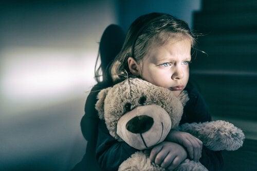 Bambina con orso di peluche