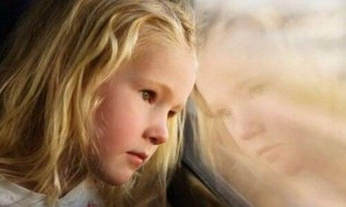 Bambina triste figli di madri depresse