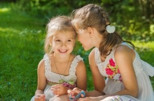 Bambine sorridenti che si parlano all'orecchio