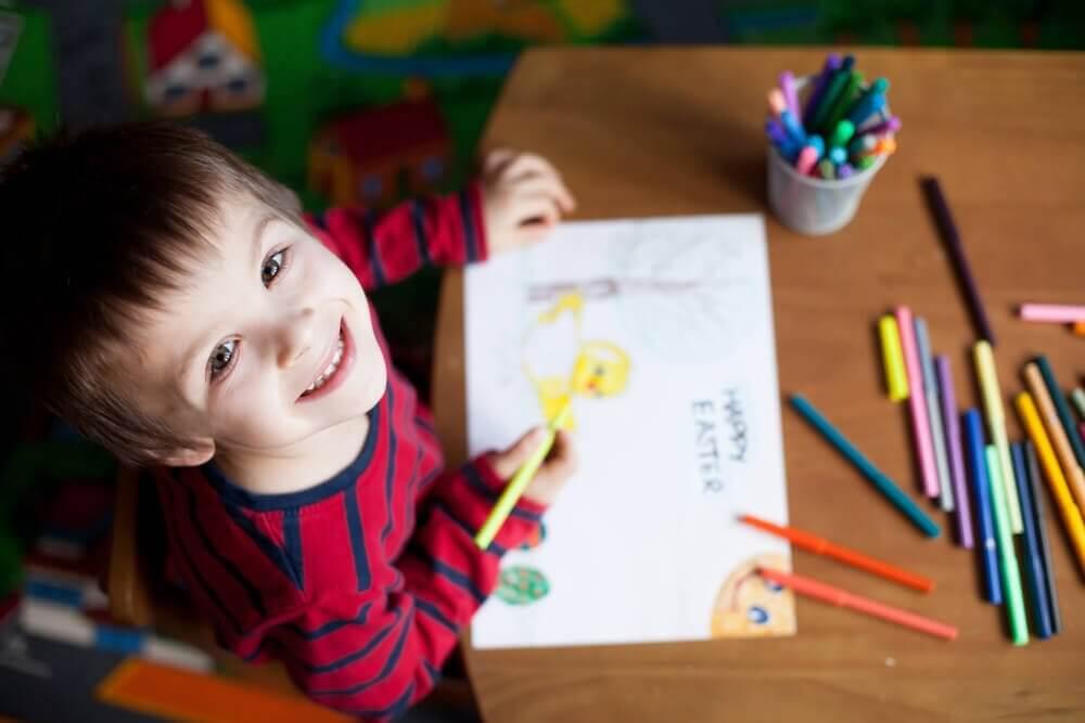 Bambino felice che disegna motivazione equilibrata