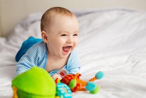 Bambino sorride mentre gioca