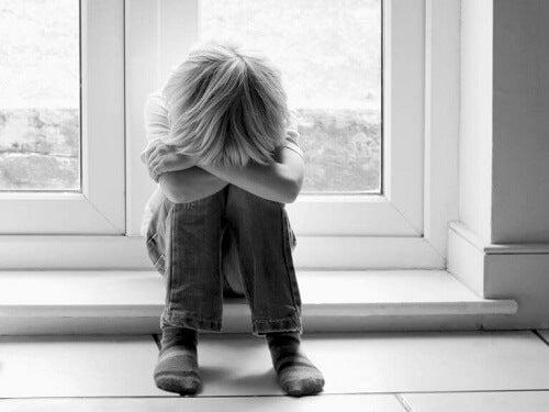 Bambino che piange vittima del narcisismo inconsapevole dei genitori