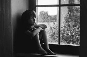 Bambino con carenze affettive a causa della negligenza infantile