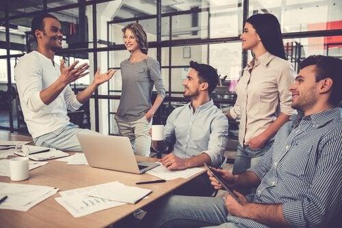 Colleghi che parlano con entusiasmo