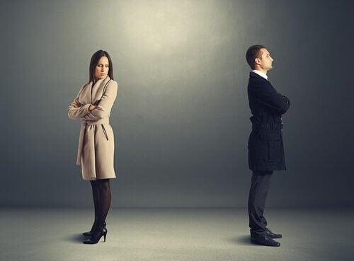 Uomo e donna di spalle