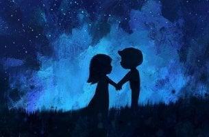 Coppia si tiene per mano l'amore non è una guerra