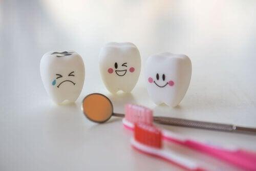 Denti che deridono un altro dente