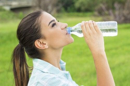 Mal di testa da disidratazione: più acqua e meno paracetamolo
