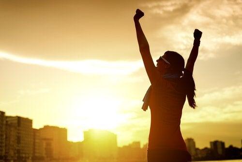 Donna con le braccia alzate che rappresenta l'eccellenza