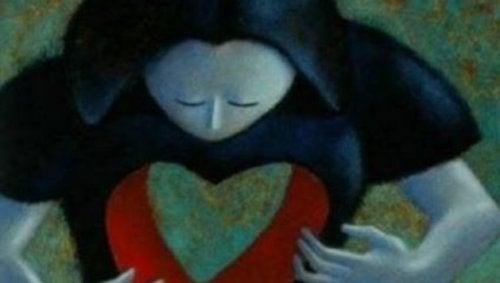 Donna con un buco a forma di cuore nel petto