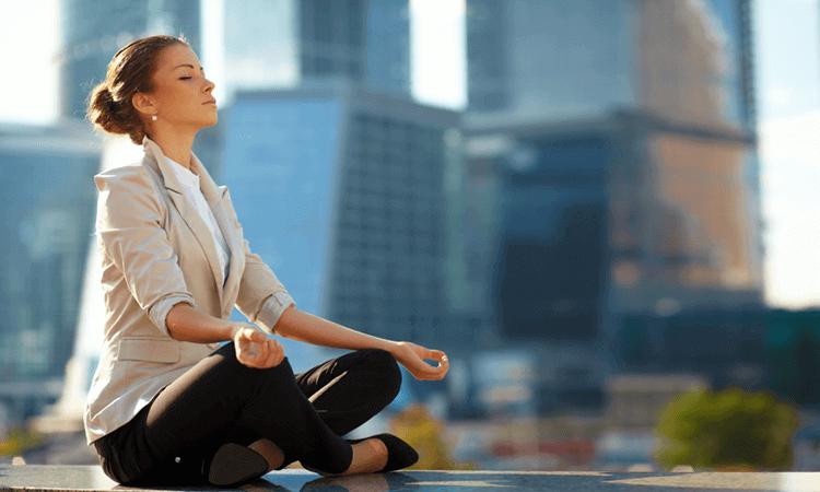 Donna che medita fuori dal lavoro