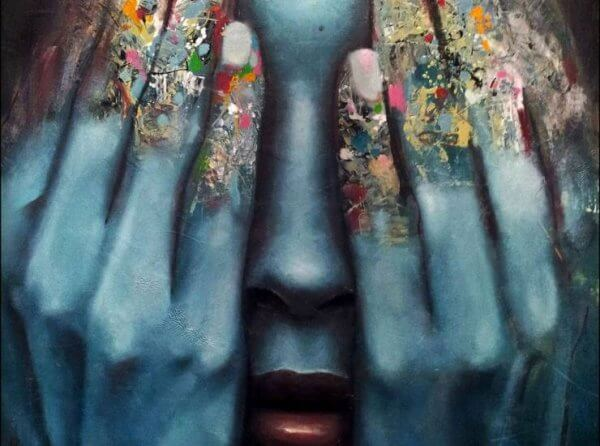 Donna che si copre gli occhi per la paura senso di vuoto