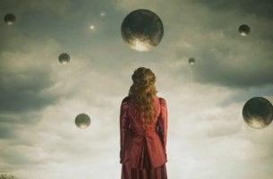 Donna circondata da sfere maturità sentimentale