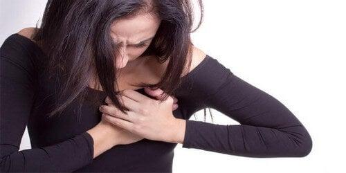 Donna con dolore al cuore
