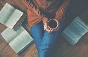 Donna medita su frasi di libri