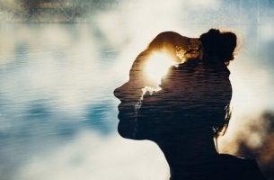 Donna con mente illuminata