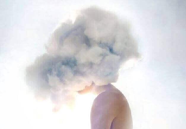 Donna con testa tra le nuvole