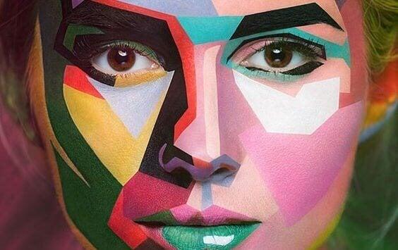 Donna con volto a colori