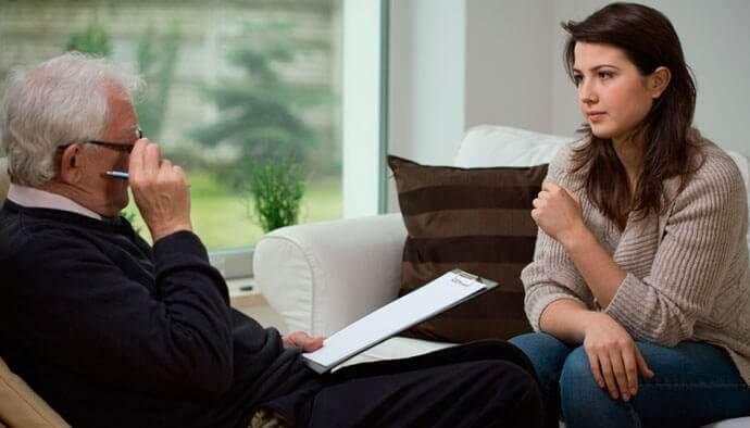Donna da terapista che affronta terapia centrata sulle soluzioni