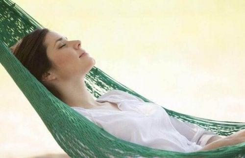 Donna che dorme su un'amaca