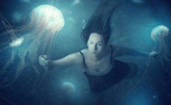 Donna nuota tra le meduse