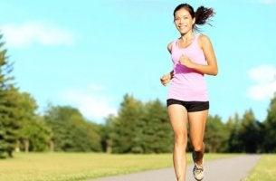 Donna che corre esercizio fisico e stress