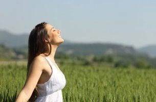 Donna che rappresenta l'imparare a vivere nel proprio corpo