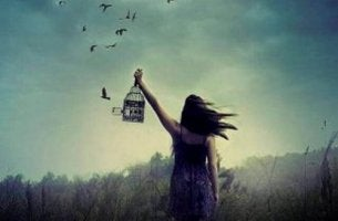 Donna che libera uccelli da una gabbia perdonare