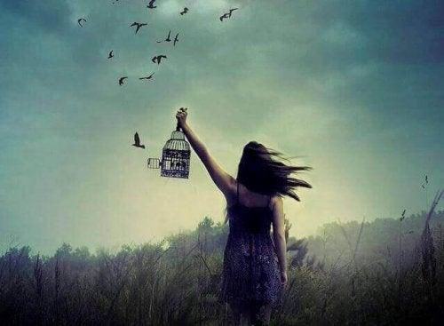 Donna libera uccelli