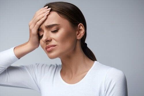 Donna con il mal di testa
