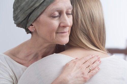 Donna malata abbraccia la figlia chemo brain