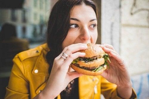 Una donna mangia un panino