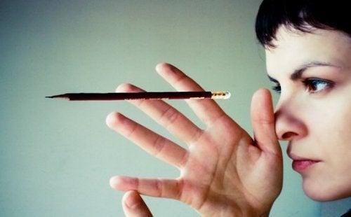 Donna con una matita sospesa
