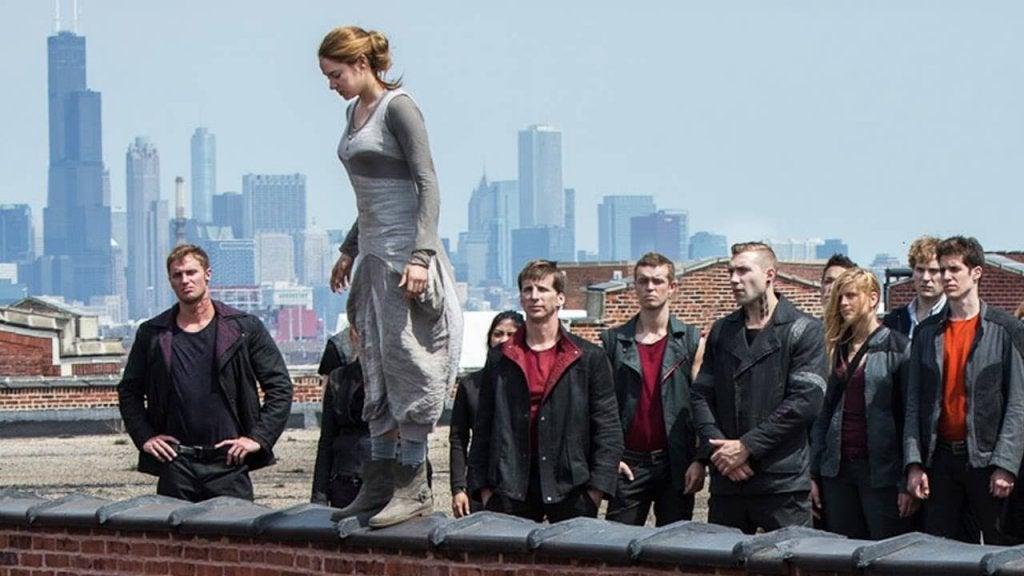 Donna salta dal tetto davanti a un gruppo di persone