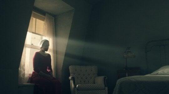 Donna seduta vicino alla finestra