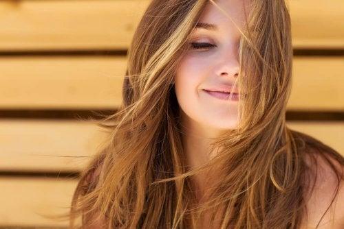 Donna sorridente, simbolo del potere delle affermazioni positive