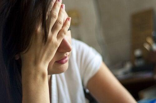 Donna stanca con mano sulla fronte