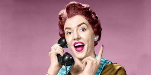 Donna al telefono che rappresenta una madre ingombrante