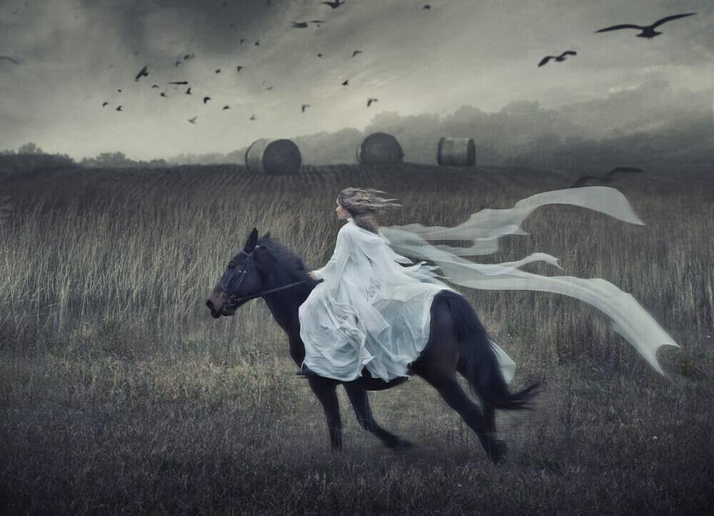 Donna vestita di bianco a cavallo