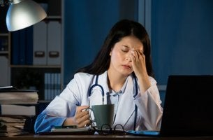 Dottoressa stanca lavorare di notte