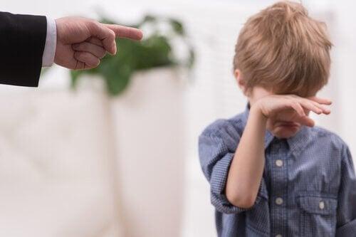 Genitore che sgrida suo figlio