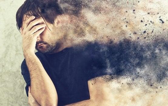 Immagine sfocata di uomo ansioso