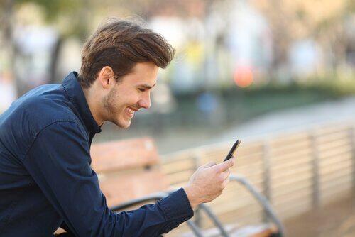 Incontri online - ragazzo con il cellulare