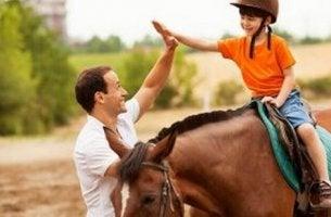 Ippoterapia bambino a cavallo