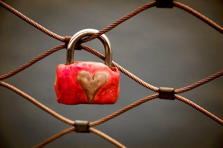 Lucchetto con sopra disegnato un cuore appeso a corda