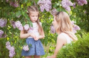 Madre che parla con la figlia arrabbiata dire no