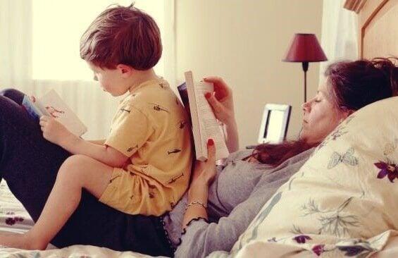 Madre con figlio sul letto a leggere