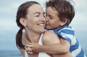 Madre e figlio abbracciati mamme a tempo pieno
