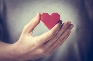 Mano che sorregge un cuore essere gentili con se stessi